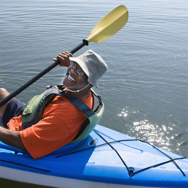 Man kayaking with bucket hat Capsurz® under chin